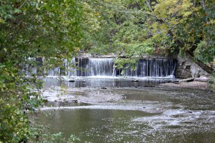 Bonnie_park_4_waterfall_distance_cropped